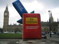 Volksabstimmung über die EU-Verfassung: Eine Aktion vor dem Parlament (Big Ben) vor dem Parlament in Westminster, London.