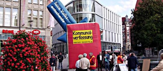 Thüringen: Aktive sammeln mit dem 7 Meter hohen Grundgesetz Unterschriften für eine Kampagne von Mehr Demokratie.