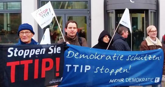 Foto einer Aktion zu Stop TTIP vor dem SPD-Bundesparteitag