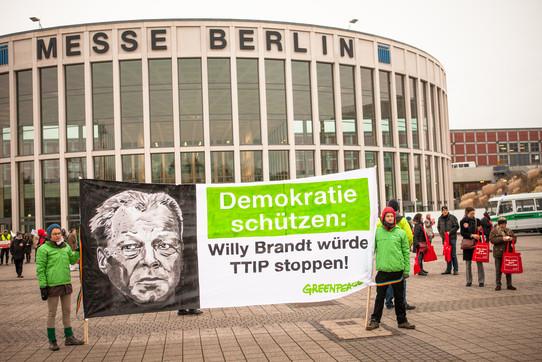 Foto einer Campact-Aktion vor dem SPD-Bundesparteitag 2015