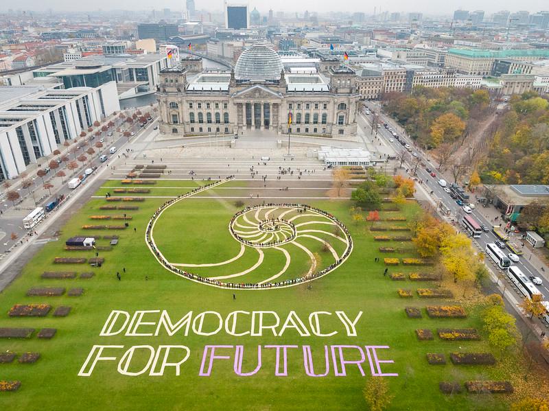 Aerial Art vor dem Reichstag zum Tag für die Demokratie